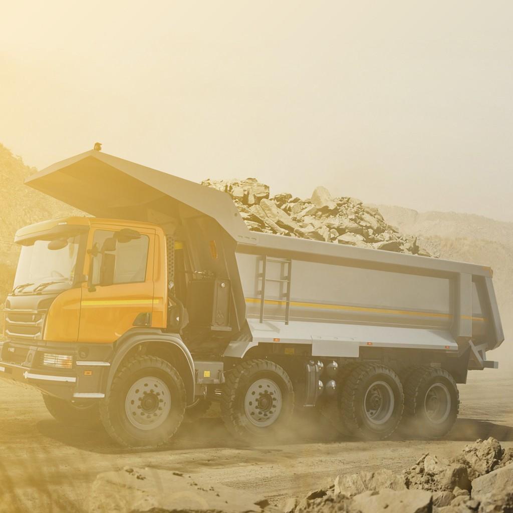 O caminhão basculante é muito utilizado na construção civil, mas exige atenção redobrada dos caminheiros. SOS Baú blog